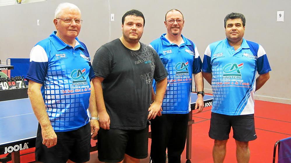 de gauche à droite: René, Yannick, Eric et Efcan, joueurs de la D4, ont été très vaillants face au leader Loctudy.